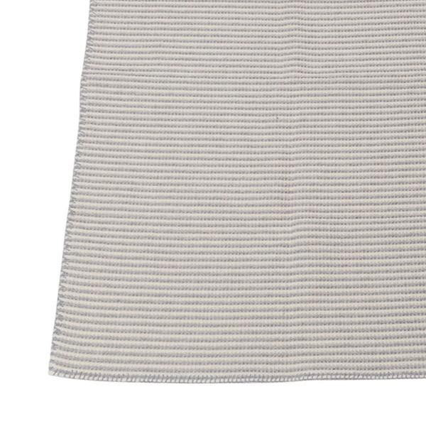 Um den Körper geschlungen hält die weiche Decke kuschelig warm