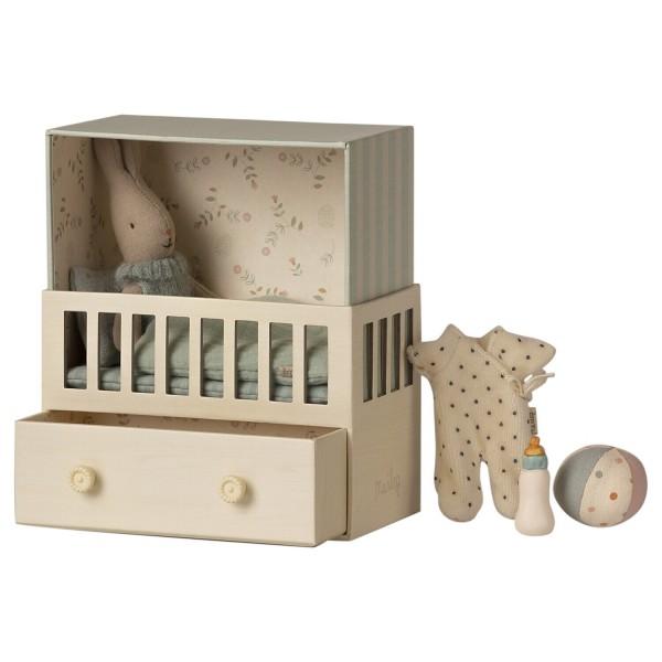 Maileg Babyzimmer mit Hasenjunge (Blau) - Micro